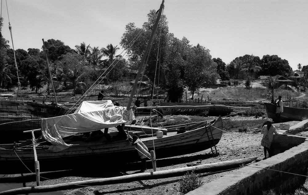 En attendant le départ pour Analalava... - Port d'Antsohihy, Madagascar 1998